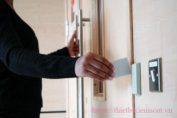 kiểm soát cửa thẻ từ